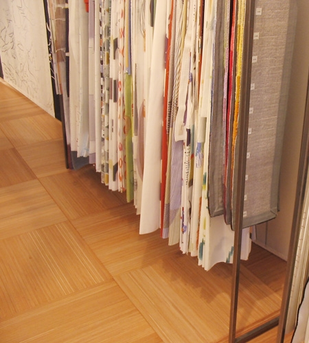 Plexwood® Toonkamer textile label showroom 2-layer parquet floor with standing glued layers of ocoumé veneer plywood