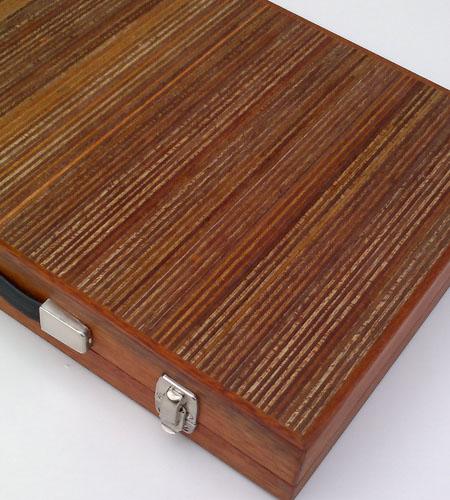 Plexwood® Berculo backgammon intérieur malette en Méranto plis bord vernis exposé