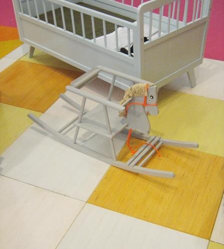 Plexwood® Feira 9 Meses, quarto de bebé pavimentado com ladrilhos flutuantes de álamo transformado com um verniz colorido semitransparente