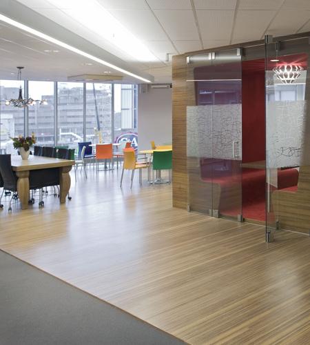 Plexwood® Jeugdzorg kantine ingebouwde zittingen met tafel van meranti her-ontworpen sandwich fineer panelen