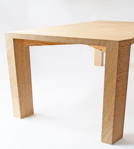 Plexwood® Mesa com detalhes de padrões geométricos por Deuvel Design em painéis sandwich de compósitos de madeira de abeto folheados