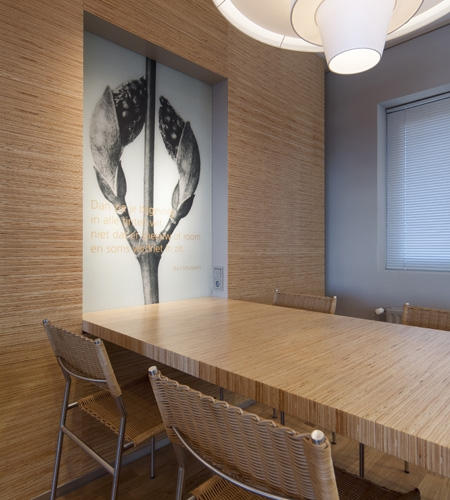 Plexwood® Menzis wall with table detail in high-end pine linear plywood veneer paneling