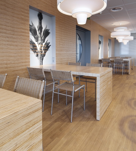 Plexwood® Menzis coffee corner overview of wall with tables in pine high-performance comprised surface veneer
