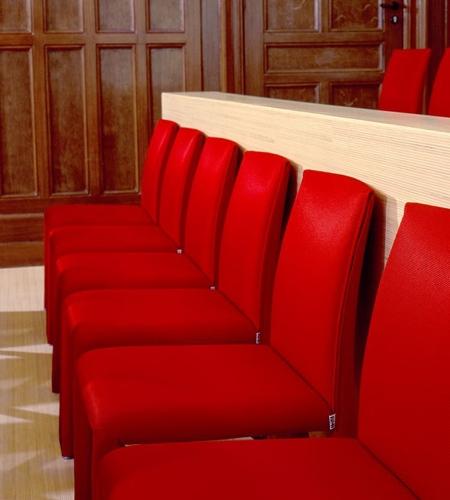 Plexwood® Nijmegen rechtbank parketvloer met bijpassende halfhoge scheidingswand van populieren gestreepte multiplex fineren