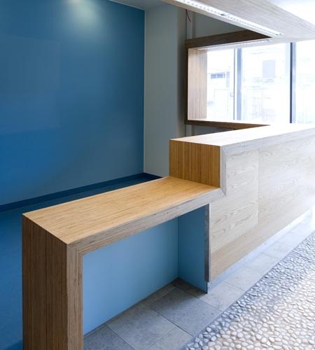 Plexwood® St. Olav's bezoekers informatie balie tafelblad detail van architectonisch berken laags fineer hout panelen