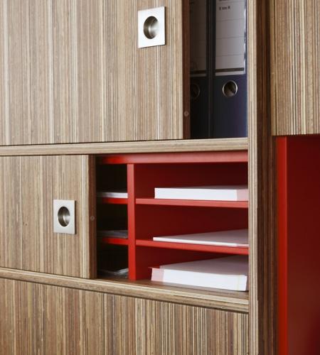 Plexwood® Rutges opbergkast detail van samengesteld meranti multiplex toplaag fineer en rode HPL