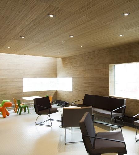 Plexwood® St. Olav's bezoekers lounge met geperforeerde wand, plafond bekleding van berken multiplex fineer