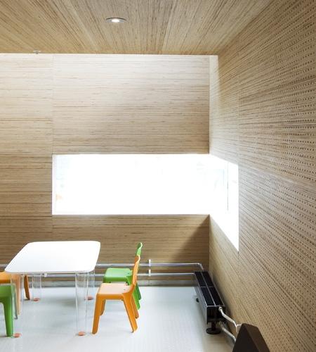 Plexwood® St. Olav's wand akoestisch detail met geïntegreerd raam in staaf verlijmd berken multiplex kant fineer lagen