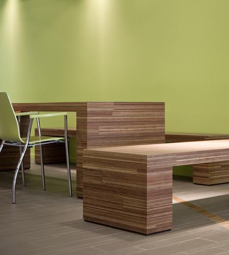 Plexwood® Gezondheidscentrum Twekkelerveld nieuwe leestafel en zitbanken van meranti