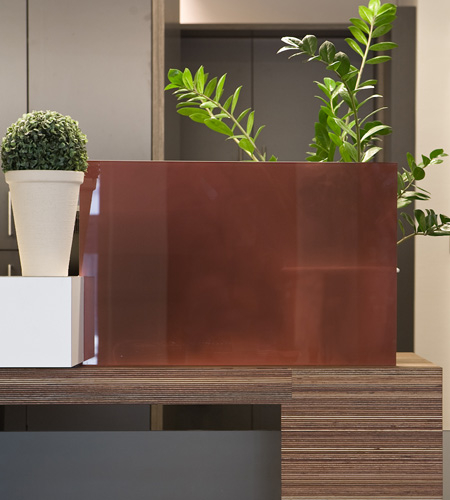 Plexwood® Twekkelerveld detail of a fresh visitor's reception desk in meranti laminated multi-layer sandwich veneers