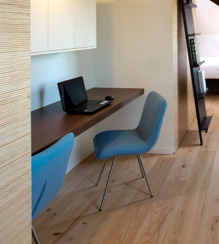 Plexwood® Villa Polder architectural home wall detail in pine/ocoumé sliced-up sandwich composite ply