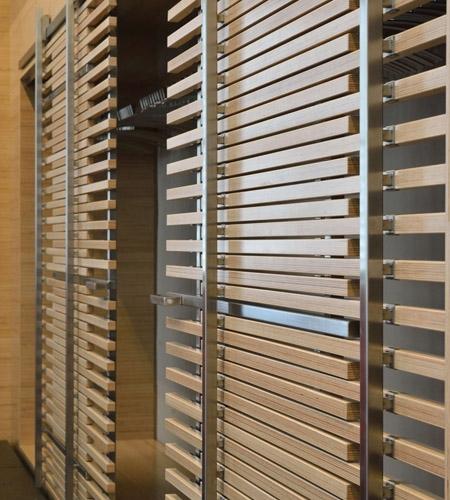 Plexwood® WBG Erfurt, detail van kenmerkende kast met schuifdeur van ecologisch beuken samengesteld multiplex