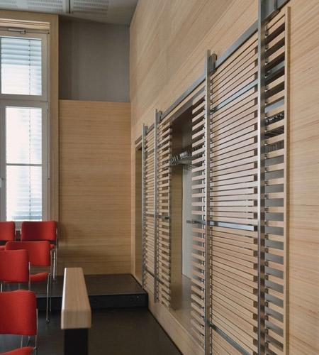 Plexwood® WBG Erfurt, revestimento de parede e portas de correr vazadas semitransparentes em contraplacado de faia de corte transversal