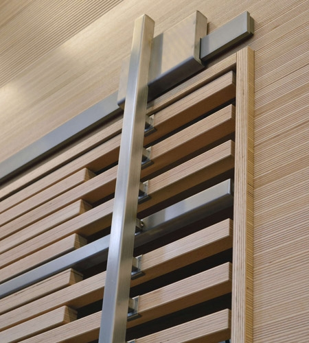Plexwood® WBG Erfurt, detail van kenmerkende wand bekleding met kast schuifdeur van technisch opgewaardeerd kops beuken multiplex