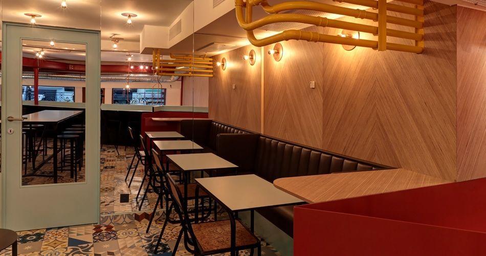 Plexwood® Charli Salé restaurant and bakery, herringbone pattern walls and floors made of birch plywood