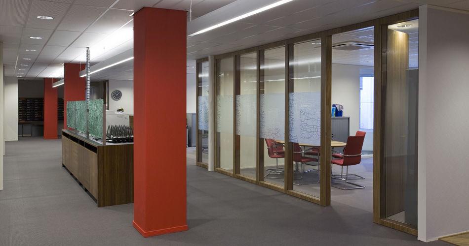 Plexwood® Jeugdzorg hoofdkantoor Utrecht raamkozijnen, wanden met geïntegreerde deuren van meranti