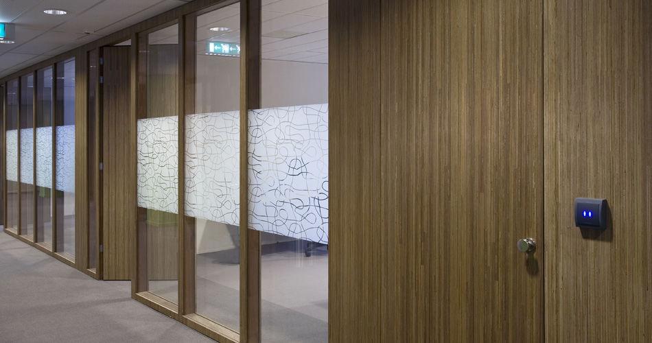 Plexwood® Jeugdzorg Utrecht meranti gang deur duurzame institutionele architectonische interieur toepassingen