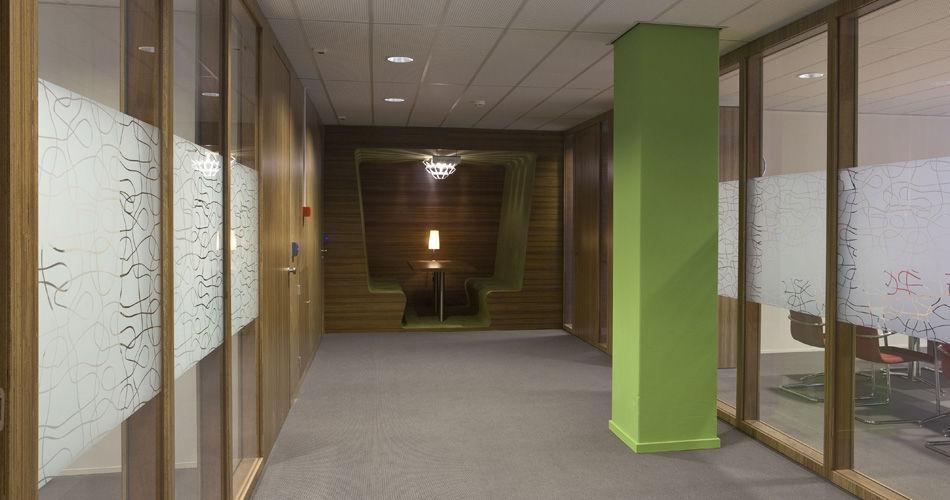 Plexwood® Jeugdzorg hoofdkantoor Utrecht geïntegreerde ingebouwde gang zittingen van meranti natuurlijk op maat gemaakt houtwerk