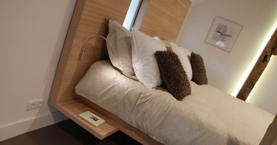 Plexwood® B&B 'De Vijf Suites' bed with side-tables of sandwiched layers ocoumé edge-ply veneers