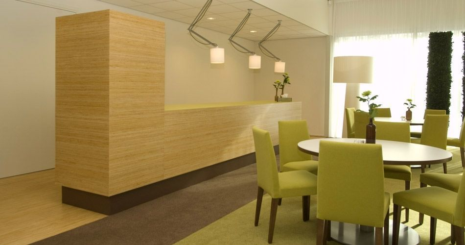 Plexwood® Piso da sala de espera na funerária Kranenburg com armários para armazenagem em pinho folheado como contraplacado invertido