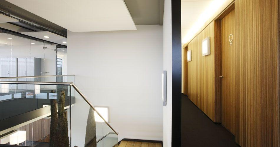 Plexwood® Rutges gang wanden met geïntegreerde deuren voor een duurzaam kantoor concept van gelamineerd meranti multiplex