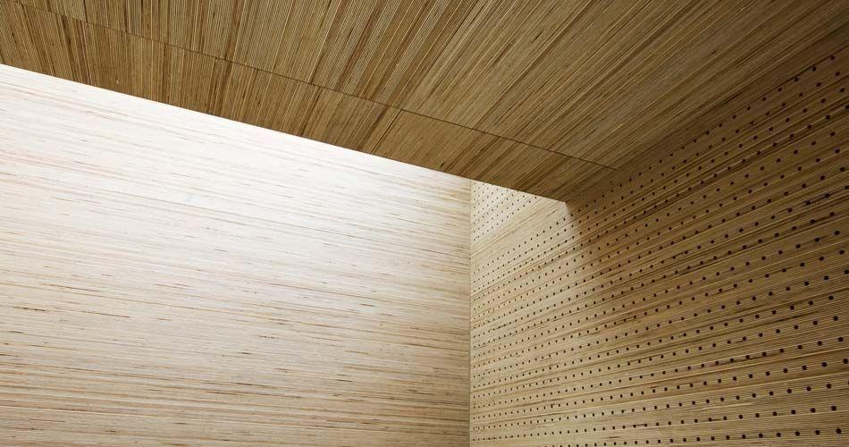 Plexwood® St. Olav's plafond detail met cnc gefreesde akoestische perforaties met gestapeld berken fineer panelen