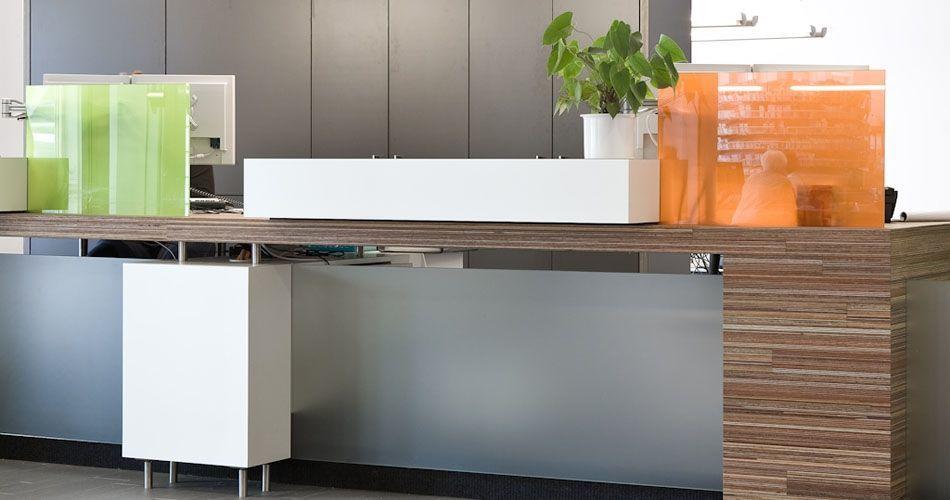 Plexwood® Оздоровительный центр Twekkelerveld уютный интерьер комнаты ожидания для посетителей с современной рецепцией из древесины меранти