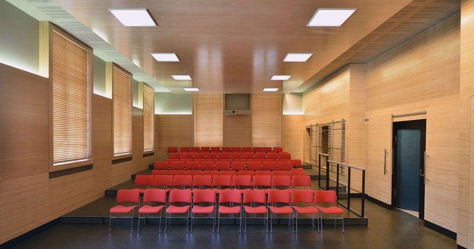 Plexwood® WBG Erfurt, interior natural num salão de conferências com madeira de faia de florestas bem geridas