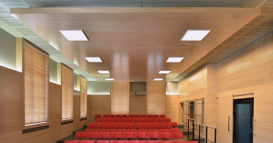 Plexwood® WBG Erfurt, cobertura de parede com portas de correr semitransparentes e tetos falsos com iluminação integrada em faia
