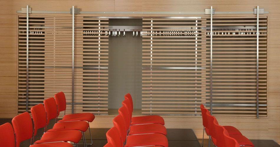 Plexwood® WBG Erfurt, parede e guarda-roupa integrado com portas de correr semitransparentes características com revestimentos de folheados de faia