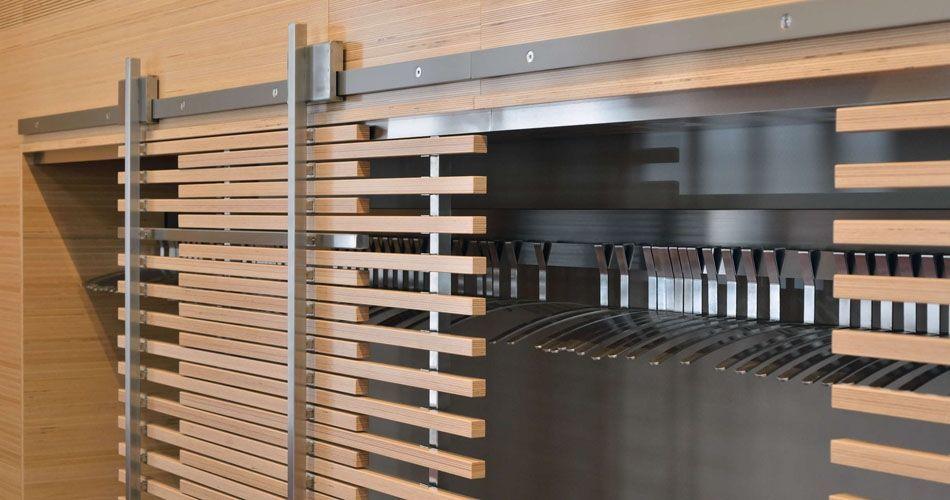 Plexwood® WBG Erfurt, detalhes do guarda-roupa com portas de correr características em compósitos de contraplacado folheado de faia ecológica reconstituído